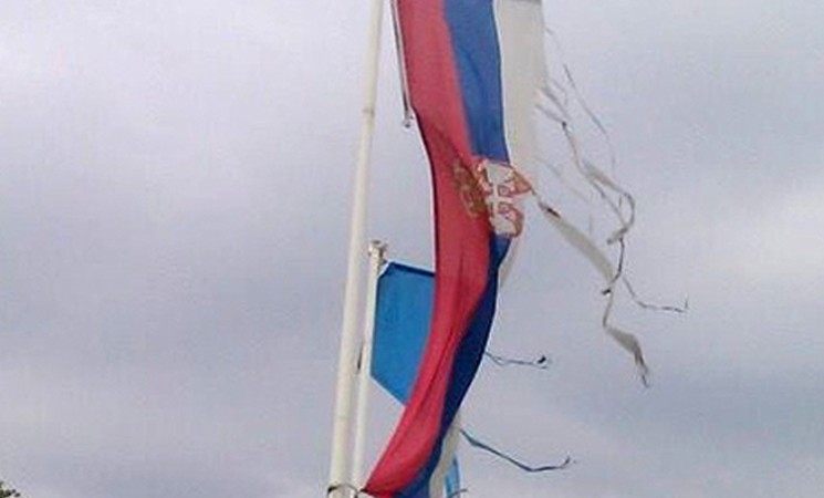 Vlast namešta tender i za državne zastave