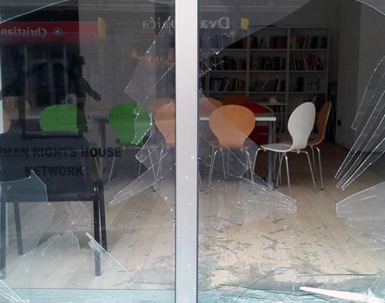 Kamenovanje Kuće ljudskih prava posledica naprednjačkog vandalizma