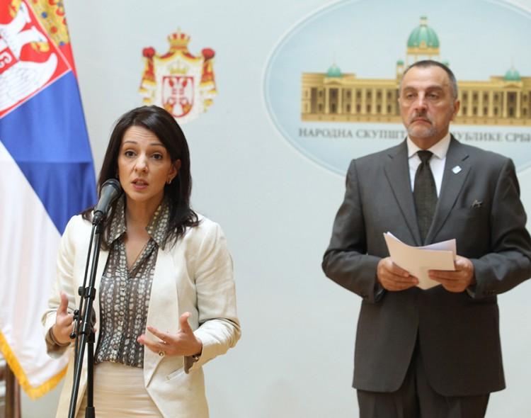 Podlim manevrom Vučićevi poslanici bi da udave parlament!