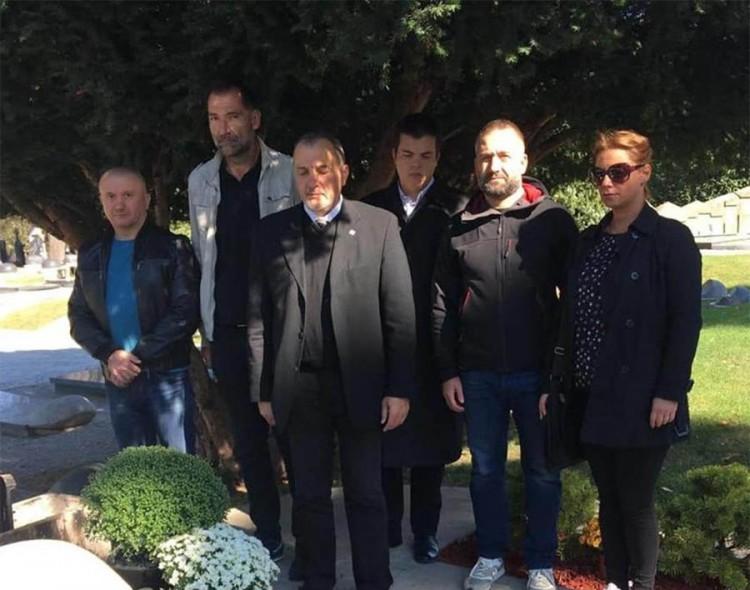 Sećanje na 5. oktobar: Položeno cveće na grob Zorana Đinđića