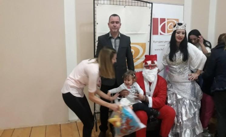 Novogodišnji paketići i veliko srce: Odbornik NOVE u Šapcu Jerinić obradovao 70 mališana sa smetnjama u razvoju