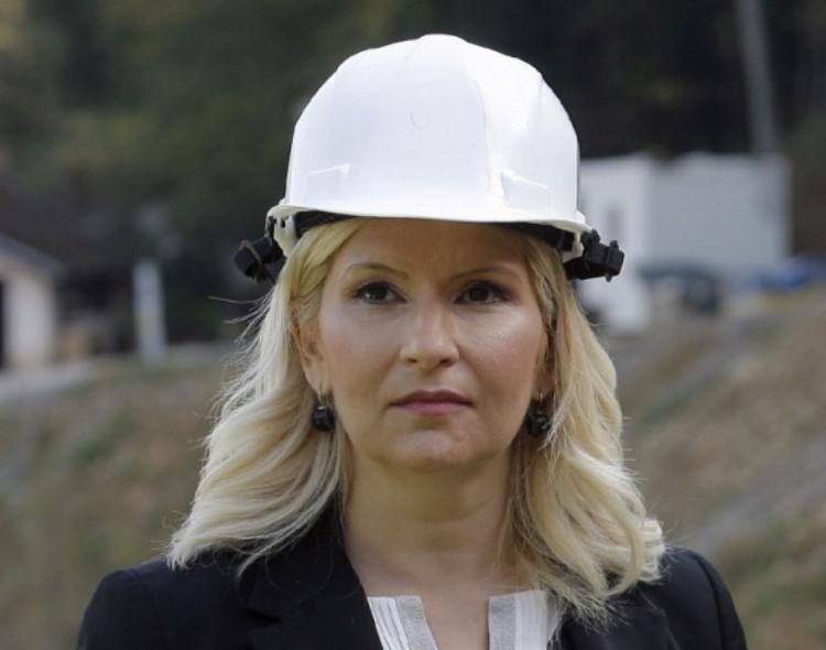 Zorana, u čijem džepu će završiti 350 miliona evra od auto-puta Novi Sad-Zrenjanin-Beograd?